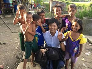 ミャンマーの貧困地域で地元の子供達と