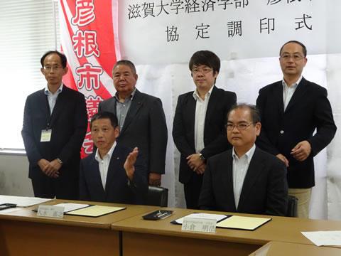 八木議長と小倉学部長(前列右)