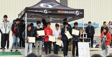 優勝トロフィーをもつ宇佐美さん(一番右)