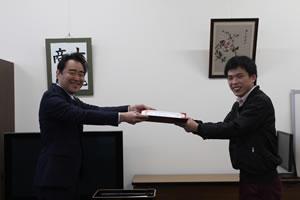 田中経済学部長から賞状の授与