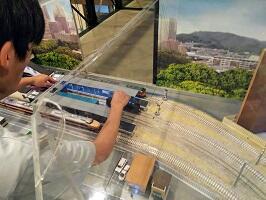 電車の模型をはずしている様子